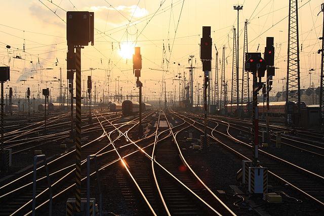 640px-SunsetTracks.jpg